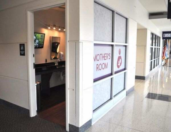 Illinois Governor Signs Law Mandating Nursing Rooms at Chicago Airports